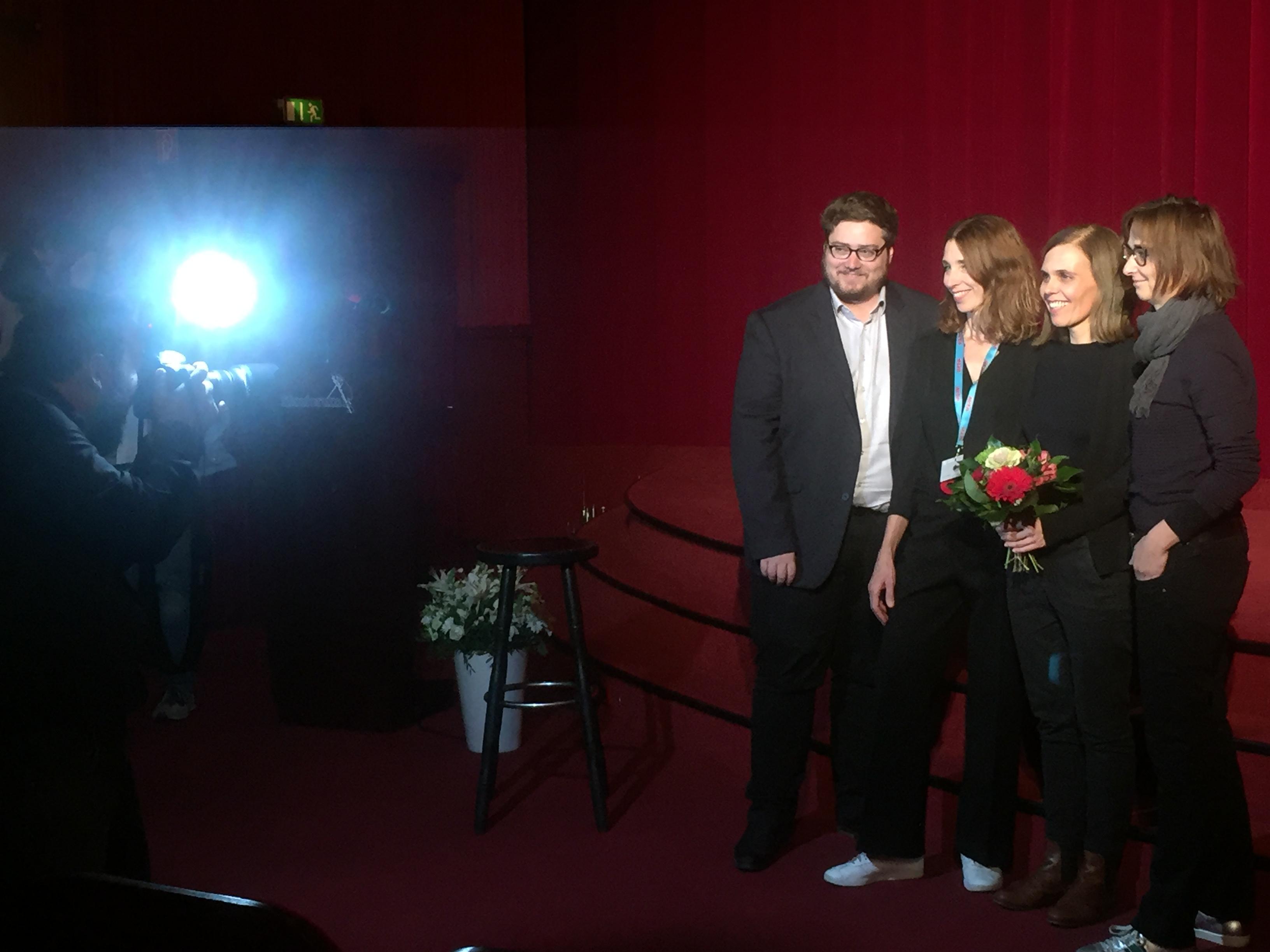 Bekanntgabe der letztjährigen Stipendiatin für den Künstlerischen Kinder- oder Jugenddokumentarfilm des Ministeriums für Kultur und Wissenschaft NRW: Dana Linkiewicz (2.v.r.) mit Frédéric Jaeger, Ruth Schiffer (beide Jury) und Gudrun Sommer (doxs!).